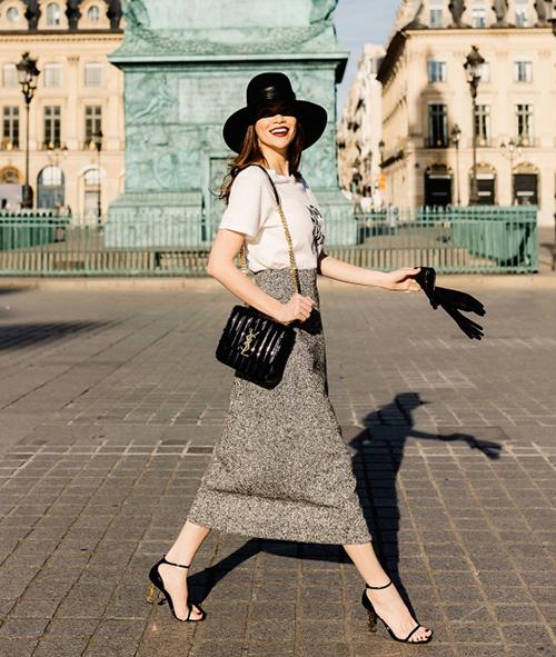 Hà Hồ hóa quý cô rất chic trên đường phố Paris, tôn lên vóc dáng mảnh mai với cây hàng hiệu trông cổ điển mà cũng rất hiện đại.