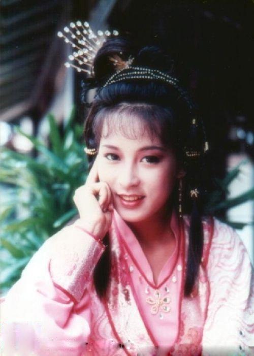 Lê Mỹ Nhàn là người thủ vai Triệu Mẫn trong Ỷ thiên đồ long ký 1986. Đây là vai diễn quan trọng giúp côtrở thành một trong Ngũ lệ nhân đài TVB thập niên 80. Lê Mỹ Nhàn cũng được xem là người diễn vai Triệu Mẫn