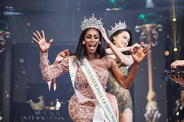 Hoa hậu Mỹ vỡ òa trong thời khắc đăng quang.
