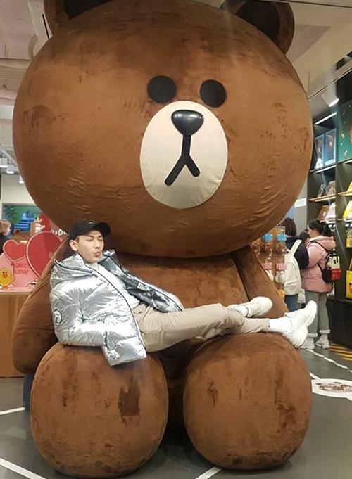 Isaac nhí nhảnh tạo dáng bên chú gấu Brown - biểu tượng nổi tiếng ở Hàn Quốc.