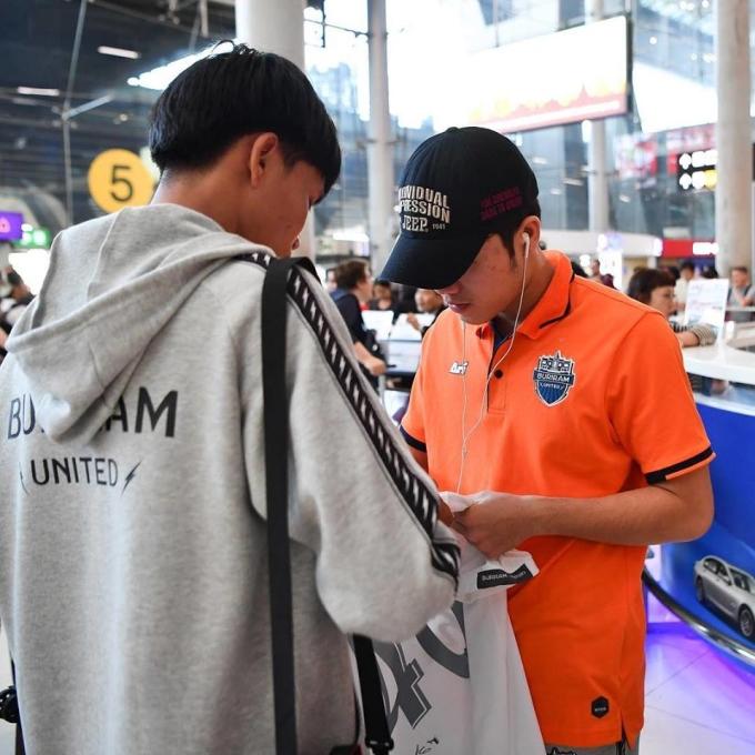 <p> Anh chàng tỏ ra khá thân thiện với fan, thoải mái ký tặng lên áo.Tại AFC Cup, Xuân Trường là ngoại binh châu Á duy nhất thi đấu cho CLB Buriram United.Tuy nhiên, trong trận thua 0-3 trước Urawa Red Diamonds ở Nhật Bản, số 21 của Buriram chỉ ngồi trên băng ghế dự bị, không được ra sân phút nào.</p>