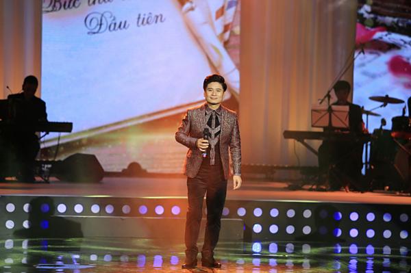 Tấn Minh xuất hiện bảnh bao trên sân khấu.