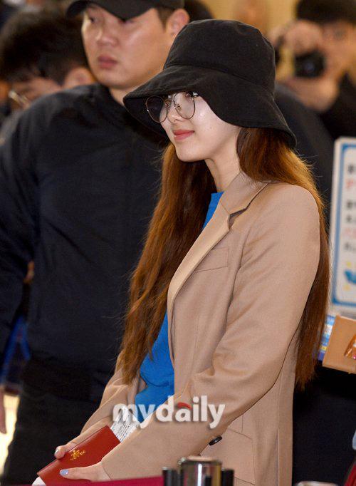 Mũ bucket, kính gọng tròn là những item giúp Na Yeon che mặt mộc kém sức sống khi ra sân bay.