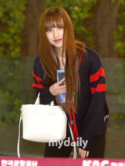 Mina tự tin vào nhan sắc dù chỉ trang điểm nhạt. Các thành viên Twice được lòng truyền thông vì luôn thân thiện, nhìn thẳng vào ống kính mà không tỏ thái độ khó chịu.