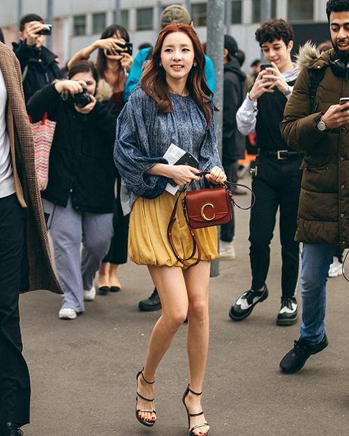 Dara cũng có lựa chọn tương tự đồng nghiệp. Thiết kế này tuy trông khá đơn giản nhưng lại giúp người dùng trông vừa sang chảnh, vừa thanh lịch.
