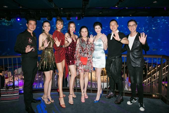 <p> Vũ Khắc Tiệp chụp hình bên dàn khách mời. Đêm hội chân dài 12 sẽ là lần cuối cùng show này được tổ chức. Sự kiện diễn ra vào ngày 9/3 tại Singapore với kinh phí đầu tư lớn - hơn 17 tỷ đồng.</p>
