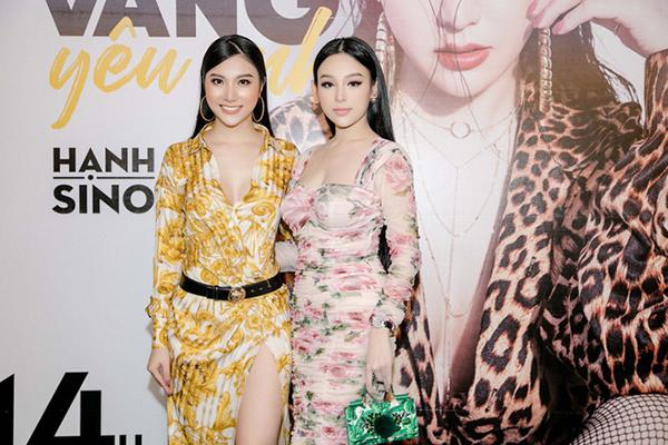 Đều là các tín đồ của hàng hiệu, hai quý cô sang chảnh của Vbiz còn không ít phen đụng độ khác. Huyền Baby từng diện một mẫu đầm hoa của Dolce & Gabbana có giá lên tới 70 triệu đồng.