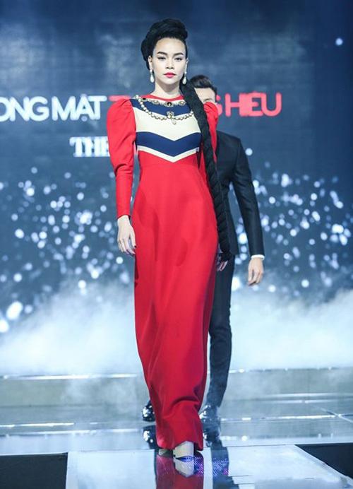 Hà Hồ diện thiết kế này lên sân khấu chung kết The Face 2016, khoe phong thái chuẩn nữ hoàng.
