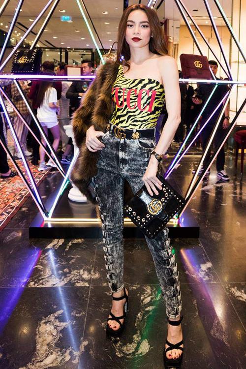 Các tín đồ thời trang không khó nhận ra thiết kế này từng được Hà Hồ mang đi sự kiện. Bộ đồ một mảnh được nữ ca sĩ kết hợp cùng quần jeans mài bạc, áo khoác lông và loạt phụ kiện nổi bật.