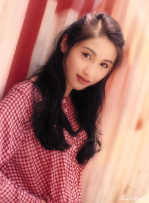 Cô cũng là ngọc nữ thành công nhất của đài TVB Hong Kong, nổi tiếng với các bộ phimLò Võ Thiếu Lâm, Thanh Kiếm Đồ Long, Thâm Cung Nội Chiến và Bão Cát.