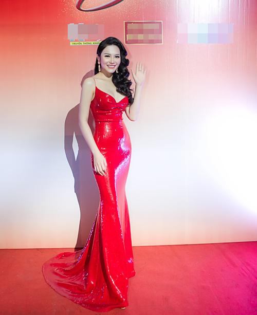 Lily Chen là người mẫu, diễn viên triển vọng của làng giải trí. Sở hữu chiều cao 1,72 m cùng số đo gợi cảm, Lily Chen được mệnh danh là bản saosiêu mẫuKendall Jenner.