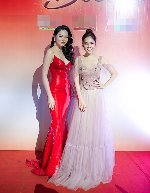 Người mẫu Lily Chen (trái) và diễn viên Dương Cẩm Lynh là hai thí sinh bảng nghệ sĩ của cuộc thi Tình Bolero 2019. Cả hai xuất hiện lộng lẫy tại buổi họp báo công bố chương trình tại TP HCM.