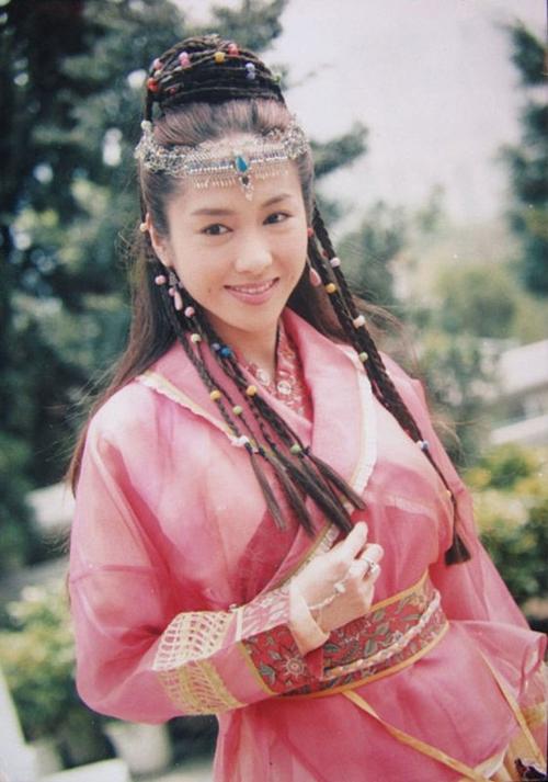 Lê Tư được nhận xét là Triệu Mẫn xinh đẹp nhất của màn ảnh Hoa ngữ. Cô đã góp phần không nhỏgiúp phiên bản Ỷ thiên đồ long ký 2000 thành công. Điểm khiến khán giả bị hớp hồn chính là bởinụ cười ngọt ngào, rạng rỡ của mỹ nhân TVB.