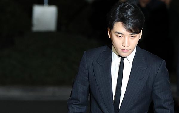 Seung Ri đang là tâm điểm chỉ trích sau khi các cơ sở kinh doanh của anh vướng loạt cáo buộc phạm pháp.