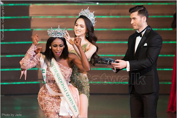 Miss International Queen - Hoa hậu Chuyển giới Quốc tế là cuộc thi sắc đẹp uy tín dành cho người chuyển giới trên thế giới. Tổ chức lần đầu tiên vào năm 2004, tính đến nay, cuộc thi chứng kiến sự đăng quang của 14 người đẹp. Riêng năm 2008 và năm 2016, cuộc thi không được tổ chức vì diễn biến phức tạp liên quan đến chính trị - xã hội Thái Lan. Trong đêm chung kết được tổ chức tối 8/3 tại Thái Lan, đại diện Mỹ - Jazell Barbie Royal trở thành hoa hậu chuyển giới thứ 14 trong lịch sử cuộc thi. Người đẹp 31 tuổi không sở hữu vẻ đẹp nữ tính thường thấy theo gu của cuộc thi này. Tuy nhiên, cô được đánh giá cao nhờ sự tuwjtin, khả năng ứng xử lưu loát cùng thân hình bốc lửa.Khoảnh khắc đăng quang của người đẹp Mỹ.