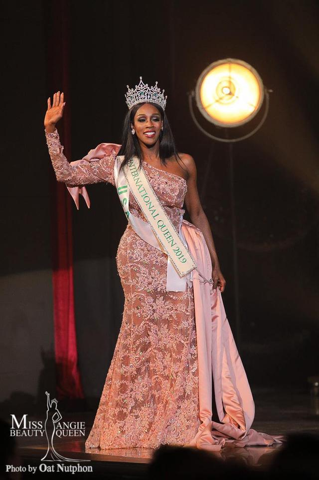 <p> Tối 8/3, chung kết Hoa hậu Chuyển giới Quốc tế 2019 tìm ra được chủ nhân mới của chiếc vương miện. Jazell Barbie Royale, người đẹp đến từ Mỹ là người đăng quang. Cô là vũ công nổi tiếng tại quê nhà.</p>