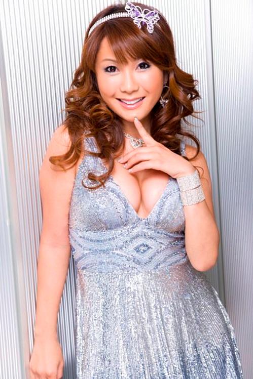 Năm 2009, người đẹp Nhật Bản - Ai Haruna - đăng quang Hoa hậu Chuyển giới Quốc tế khi đã 37 tuổi. Hiện cô là ca sĩ và thường xuyên xuất hiện trong các chương trình thực tế của Nhật.