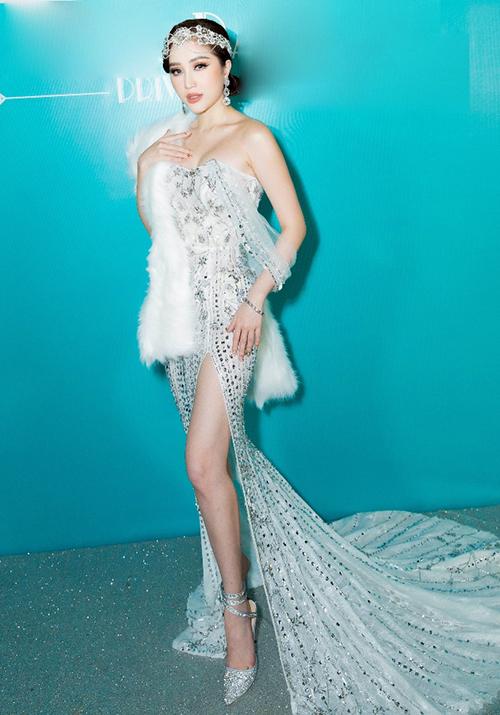 Có mặt trong bữa tiệc cùng những người thân mới đây, Bảo Thy chọn hóa trang theo phong cách Gatsby cổ điển. Cô chọn chiếc đầm màu bạc, khoe đường cong và chân thon.