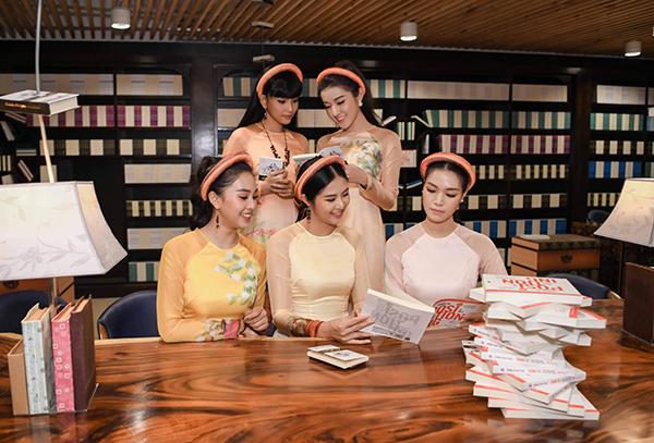Các người đẹp thả dáng trong không gian của một bảo tàng ở Buôn Ma Thuột.