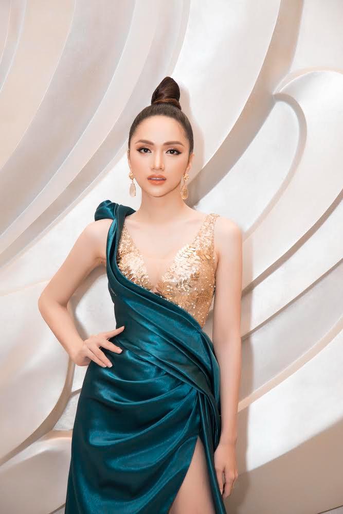 <p> Hương Giang còn chọn diện một bộ váy khác để xuất hiện trên thảm đỏ.Thần thái ngút ngàn và vẻ đẹp ngày càng hoàn hảo của Hương Giang gây chú ý.</p>