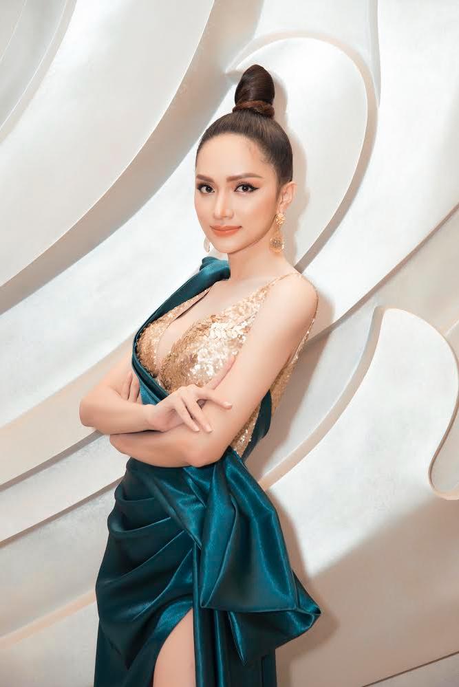 <p> Một năm qua, Hương Giang tập trung thời gian cho công việc của một hoa hậu, ít đầu tư cho các dự án nghệ thuật. Bằng những đóng góp cho cộng đồng, cô được tạp chí Forbes Việt Nam công bố Top 50 Phụ nữ ảnh hưởng nhất Việt Nam 2019.</p>