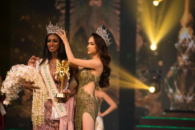<p> Hương Giang gửi lời chúc mừng đến Nhật Hà - đại diện Việt Nam lọt vào Top 6 của cuộc thi và tân hoa hậu Jazell Barbie Royale.</p>
