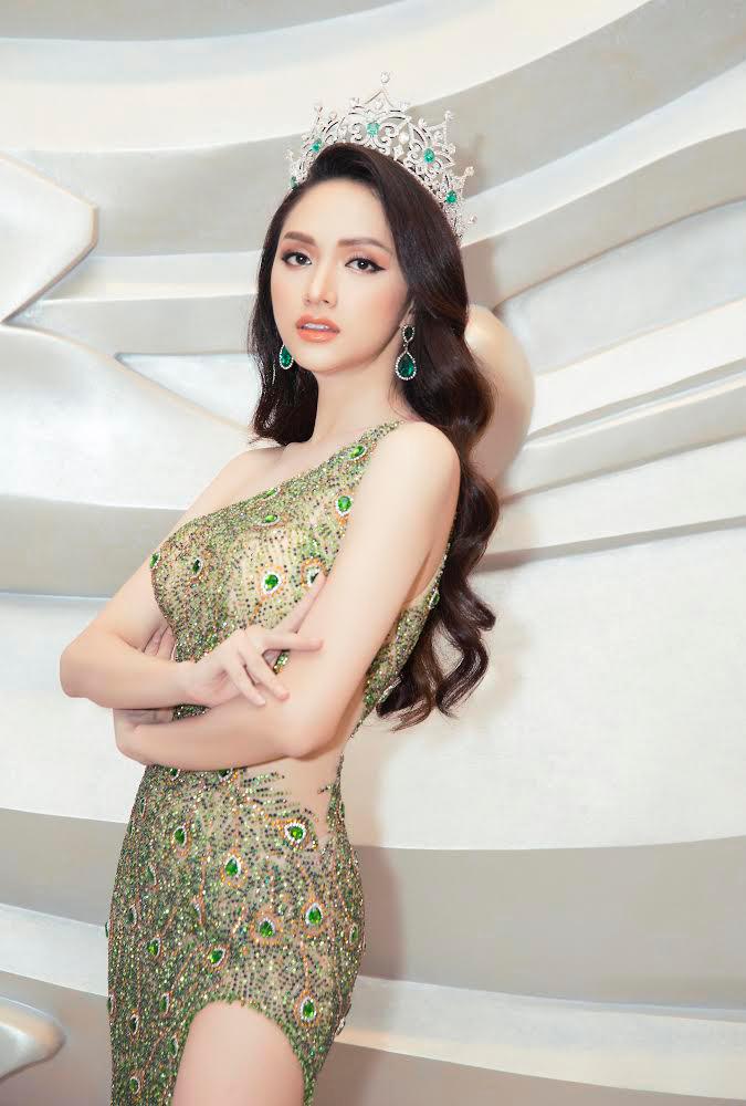<p> Tối 8/3, Hương Giang có một đêm toả sáng trên sân khấu Chung kết của Hoa hậu Chuyển giới Quốc tế 2019 ở Thái Lan. Cô xuất hiện vai trò đương kim Hoa hậu trước phần công bố kết quả. Hương Giang được vinh danh với một năm đương nhiệm với nhiều đóng góp cho cộng đồng LGBT ở quê nhà và thế giới.</p>