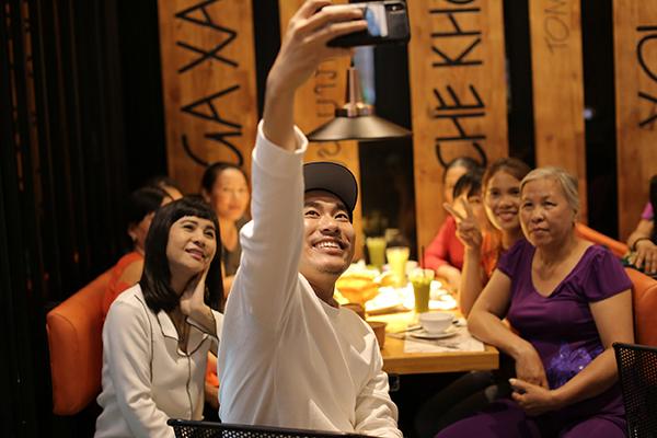 Cát Phượng - Kiều Minh Tuấn pose hình kỷ niệm với những người phụ nữ.