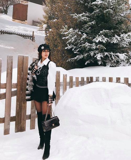 Là con gái của ông vua hàng hiệu Việt, Thảo Tiên đều đặn góp mặt tại các tuần lễ thời trang quốc tế hàng năm. Năm nay, em chồng Hà Tăng tiếp tục mang đến Paris Fashion Week những set đồ chất chơi thể hiện đẳng cấp con nhà giàu. Trong show Chanel, cô nàng diện cả cây đồ của nhà mốt này với tổng giá trị gần 2 tỷ đồng. Đáng chú ý nhất trong đó là chiếc túi xách da cá sấu hàng hiếm, trị giá khoảng gần 1 tỷ đồng.