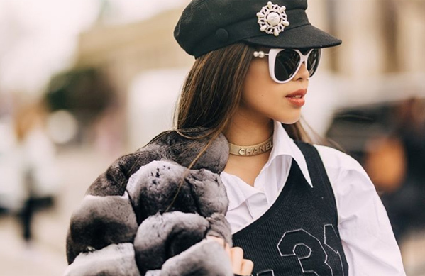 Fashionista 9x diện váy và áo lông sang chảnh đều của Chanel. Phụ kiện đi kèm cũng được Thảo Tiên chỉn chu đến từng chi tiết nhỏ nhất như kính mắt, vòng cổ đều cộp mác nhà mốt danh tiếng.