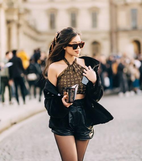 Cô nàng chứng minh đẳng cấp bằng cây đồ của thương hiệu này với chiếc khăn in họa tiết monogram biến thành áo yếm độc đáo, kết hợp cùng túi Petite Malle rất tông xuyệt tông.