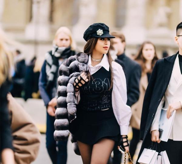 Thảo Tiên còn đeo găng tay da giá khoảng 20 triệu đồng, hoàn thiện set đồ đen - trắng đầy cá tính. Hình ảnh cô nàng trong bộ cánh trị giá gần 2 tỷ đồng nổi bật trên phố.