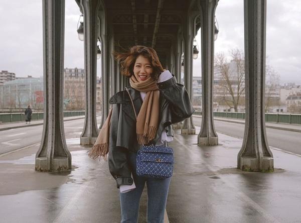Park Shin Hye không nhịn được cười khi bị cơn gió mạnh làm hại mái tóc.