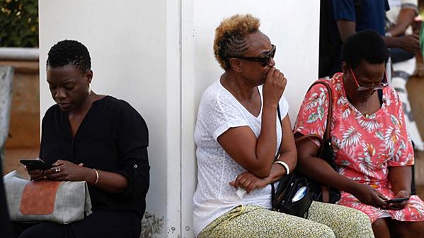 Người nhà hành khách chết lặng chờ tin vụ máy bay rơi tại Ethiopia
