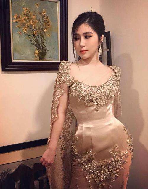 Hương Tràm mặc bộ váy tôn đường cong trong một show diễn tại Hà Nội.