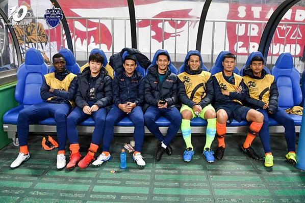 Xuân Trường (thứ hai từ trái sang) ngồi ghế dự bị trong trận thua 0-3 của Buriram trước Urawa Red Diamonds. Ảnh: Buriram United.