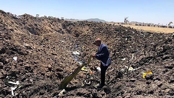 Hiện trường vụ máy bay rơi. Ảnh: Ethiopian Airlines