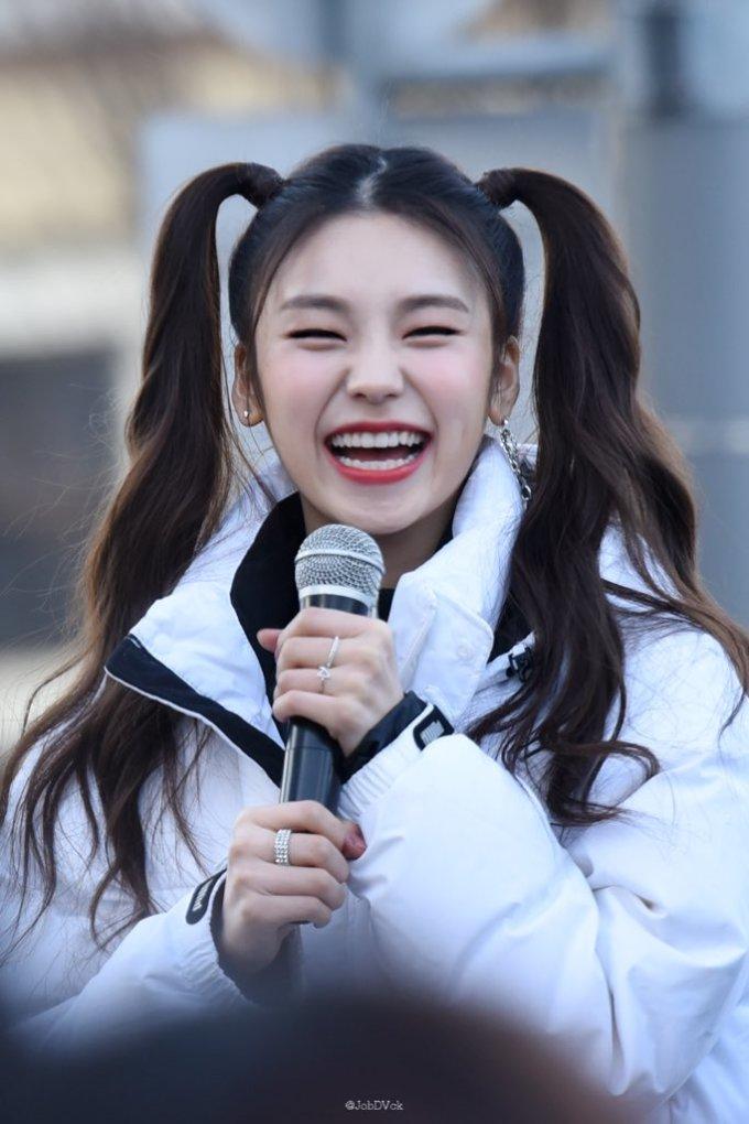 """<p> """"Girl crush"""" Yeji cũng có nhiều biểu cảm đắt giá trong sự kiện. Cô nàng ghi điểm nhờ nụ cười tươi hết cỡ.</p>"""