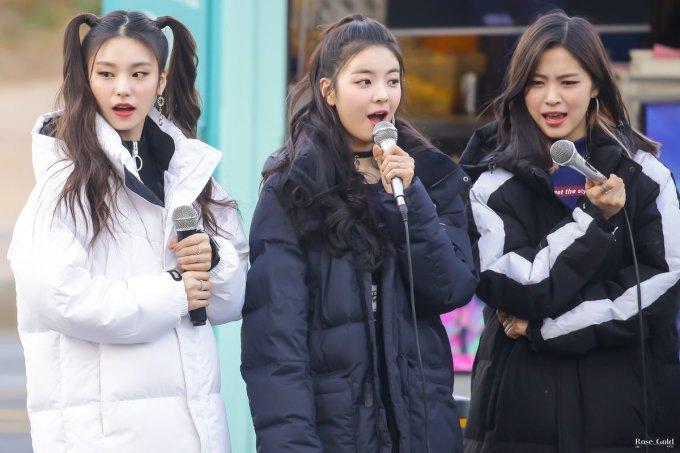 <p> Ngày 9/3, ITZY tổ chức buổi fanmeeting nhỏ ngay cổng đài truyền hình. Các cô gái có dịp giao lưu với người hâm mộ. Dù mới là tân binh, nhóm thu hút đông fan tham gia. ITZY đang chứng minh họ xứng đáng với danh hiệu ''Tân binh khủng long'' năm 2019.</p>
