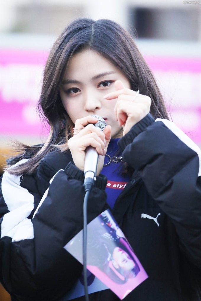 <p> Shin Ryu Jin có khí chất girl crush, hút fan nữ nhờ biểu cảm cực ngầu và lạnh lùng. Cô nàng luôn giữ hình ảnh chín chắn, trầm tĩnh khi xuất hiện trước ống kính.</p>