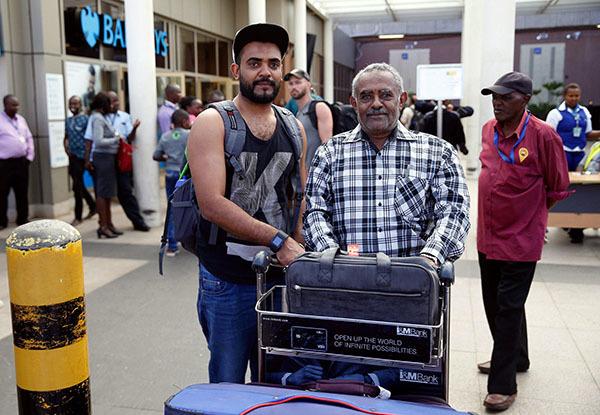 Ahmed Khalid (trái)chụp hình cùng cha Khalid Bzambur tại sân bay quốc tế Jomo Kenyatta ở Nairobi.