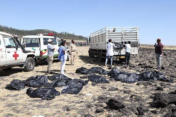 Đội cứu hộ di chuyển những chiếc túi đựng thi thể và đồ đạc còn sót lại.