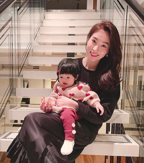 Đặng Thu Thảo sinh con gái đầu lòng vào cuối tháng 3/2018. Không giống nhiều bà mẹ nổi tiếng khác trong showbiz, Hoa hậu khá thoải mái công khai những hình ảnh của con gái. Hai mẹ con thường xuyên diện đồ rất đẹp mắt dạo phố cùng nhau.