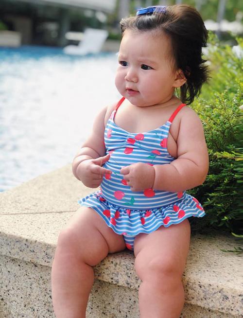 Con gái đầu lòng của Hà Anh có tên ở nhà là Myla. Cô nhóc mới 9 tháng tuổi nhưng đã tỏ ra cứng cáp, cao lớn hơn so với các bạn cùng trang lứa vì mang trong mình hai dòng máu Anh - Việt. Hà Anh rất chăm chỉ khoe hình con gái trên trang cá nhân, cho thấy cô nhóc sớm ra dáng fashionista.