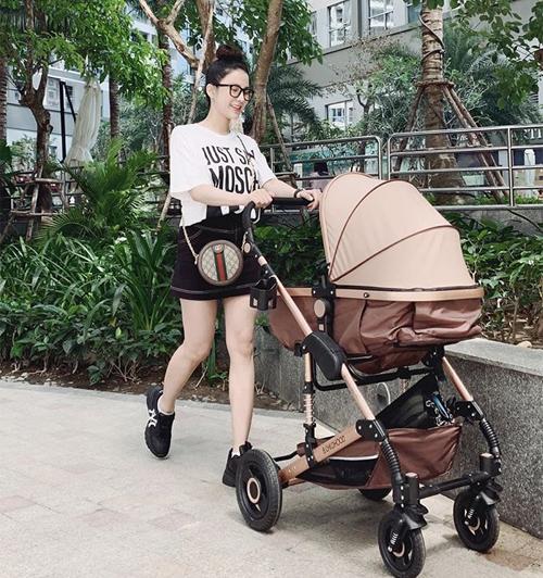 Chỉ đi công viên cùng con nhưng Diệp Lâm Anh vẫn vận đồ hợp mốt, cầu kỳ chẳng khác gì dự sự kiện.