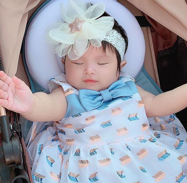 Nhóc tì nhà Diệp Lâm Anh được chào đời vào ngày 1/11/2018. Đến nay, mới chỉ được 5 tháng tuổi nhưng cô nhóc đã sớm ra dáng mỹ nhân nhí, được mẹ sắm cho tủ quần áo rất sành điệu và đẹp mắt.