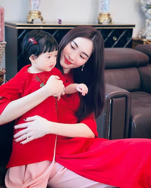 Chỉ vài tháng sau khi sinh, Thu Thảo đã lấy lại vóc dáng thon gọn. Trong khi đó bé Sophie cũng được mẹ cho diện những bộ váy áo điệu đà.