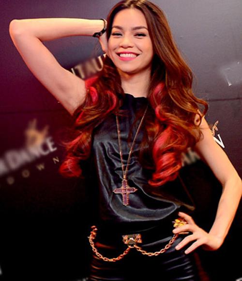Trước đây, Hà Hồ rất ít khi nhuộm tóc màu nổi. Một vài lần, cô chỉ thử nghiệm những màu tóc không quá phá cách như tóc nâu highlight hồng...