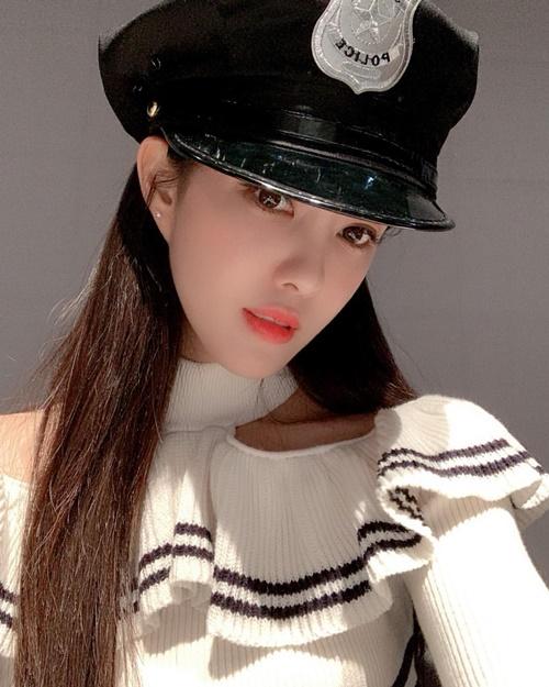 Hyo Min hóa nữ cảnh sát xinh đẹp khiến fan xin chết.