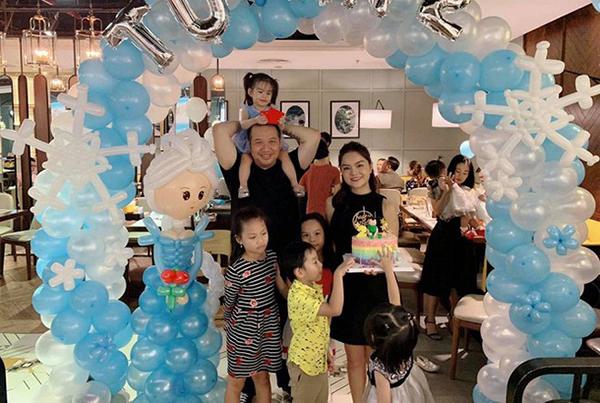Mới nhất, trong dịp sinh nhật tiếp theo của cô con gái thứ hai, cả hai xuất hiện tại bữa tiệc nhỏ để con có niềm vui trọn vẹn. Dù không xuất hiện cạnh nhau ở các sự kiện nữa nhưng với con cái họ luôn chứng minh mình làm tròn nghĩa vụ nhất.